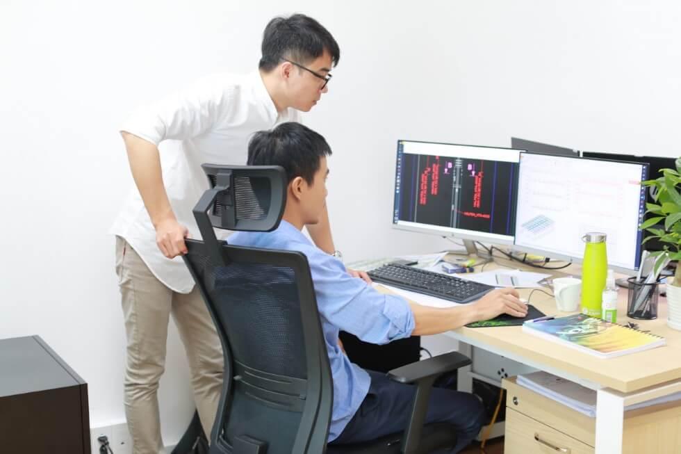 Equipe d'ingénieurs dans le bureau d'études AMOCER