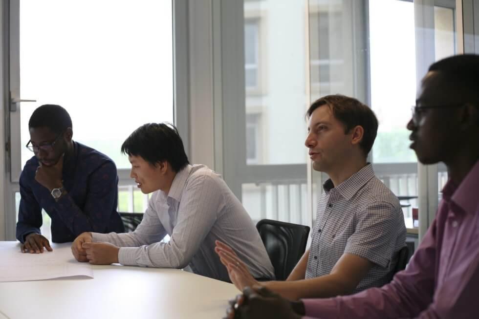 Travail en équipe dans le bureau d'études structure AMOCER Group à Lyon